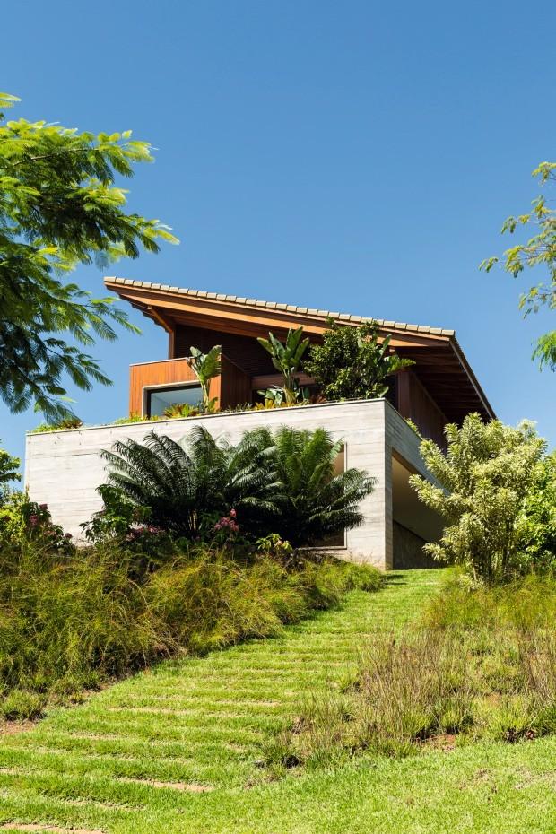 O jardim desta casa de campo em Bragança Paulista, SP, reproduz a composição de uma mata tropical (Foto: Edu Castello / Editora Globo)
