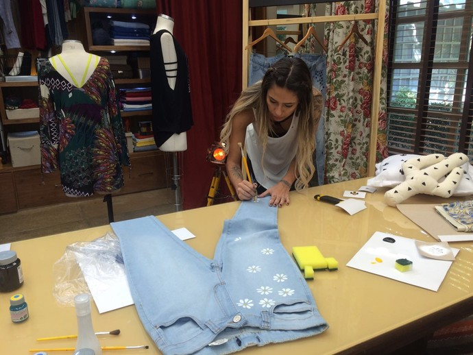 Blogueira Karina Milanesi ensina técnica para customizar o seu jeans  (Foto: Paula Santos/Gshow)