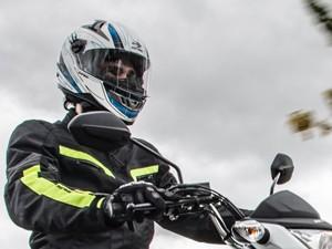 Em movimento, viseira do capacete precisa estar abaixada (Foto: Raul Zito/G1)