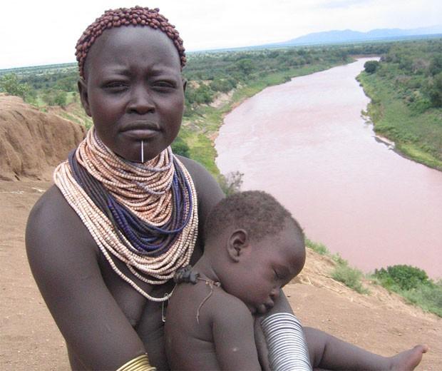 Etíope com seu filho em foto de 2007 (Foto: Wikimedia Commons)