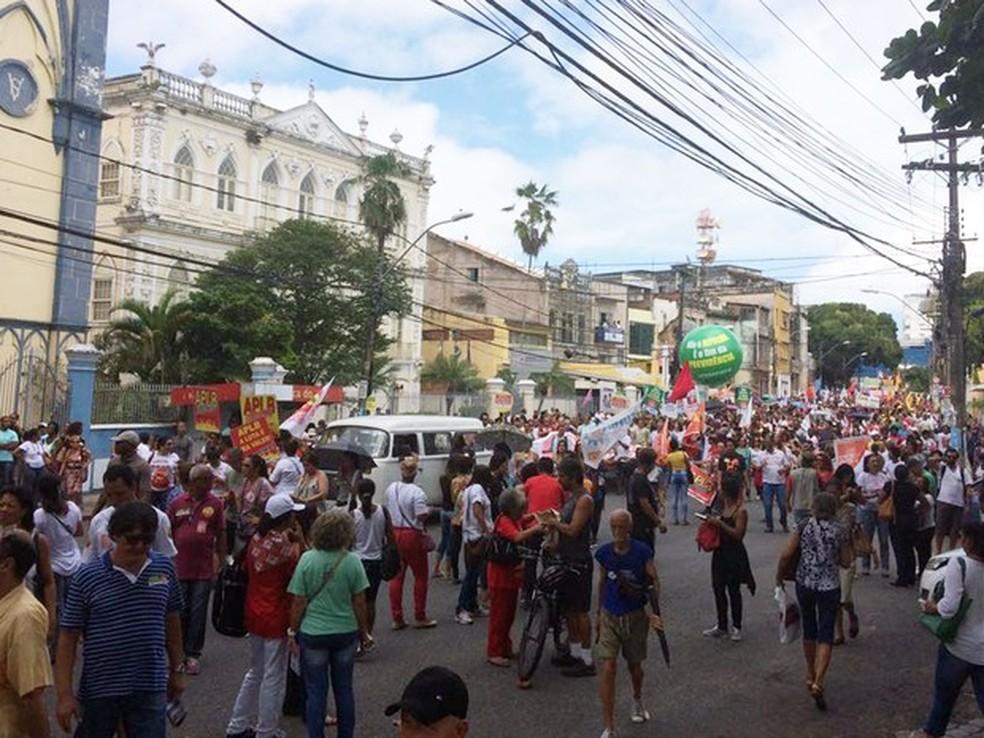 Trabalhadores caminham em protesto no centro de Salvador (Foto: Juliana Almirante/G1)