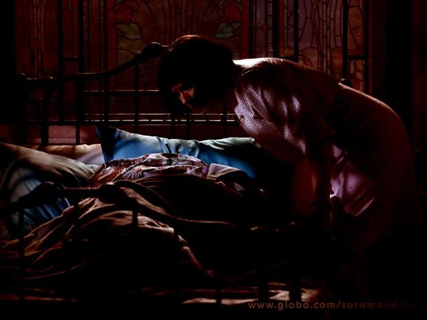 Aparadeira descobre que Marcina não está na cama (Foto: Saramandaia/ TV Globo)