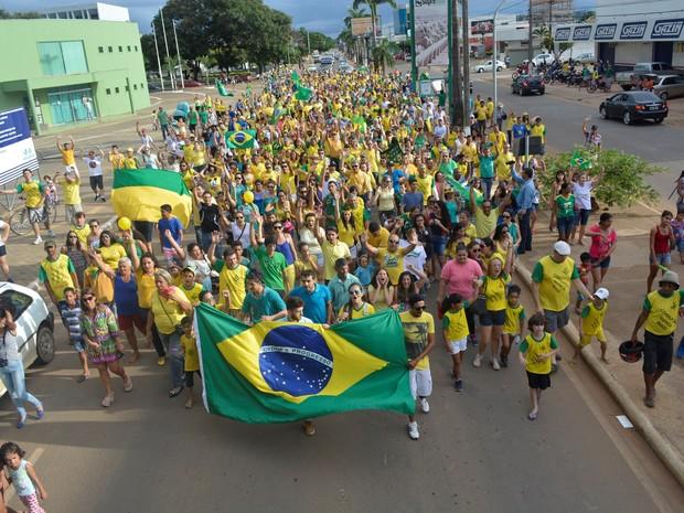 Manifestação em Ariquemes percorreu Avenida Tancredo Neves (Foto: Jeferson Carlos/ G1)