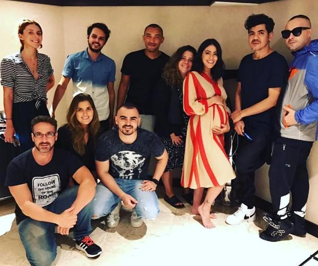 Carol Castro com equipe em bastidores (Foto: Reprodução/Instagram)