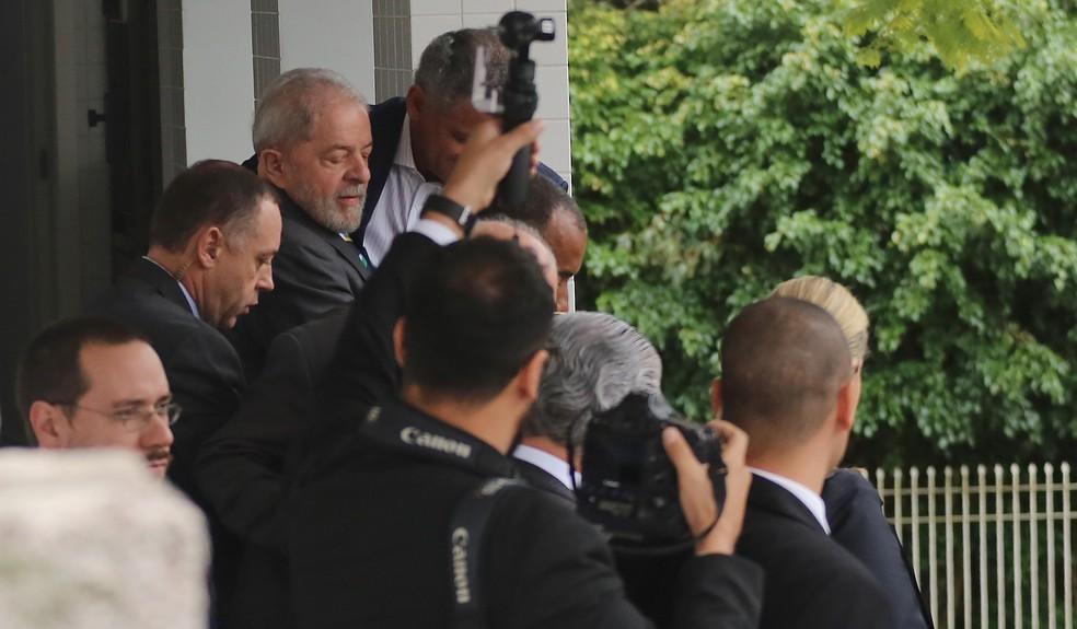 Lula ao deixar escritório de advocacia em Curitiba e se dirigir à Justiça do PR (Foto: Giuliano Gomes/Agência PR Press)