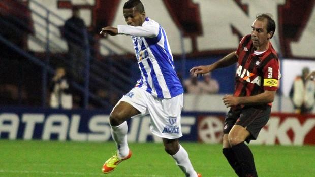 Pirão do Avaí x Paulo Baier do Atlético-PR (Foto: Rubens Flores / Ag. Estado)