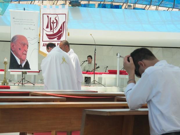 A missa começou às 12h  foi celebrada pelo padre George de Albuquerque, pároco da Catedral de Brasília.  (Foto: Willian Farias/ G1)