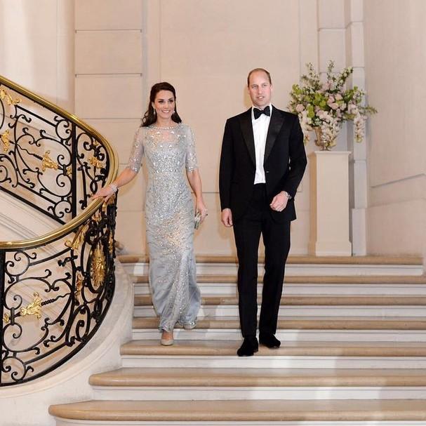 Kate Middleton aparece deslumbrante na escadaria da embaixada britânica em Paris (Foto: Reprodução Instagram)