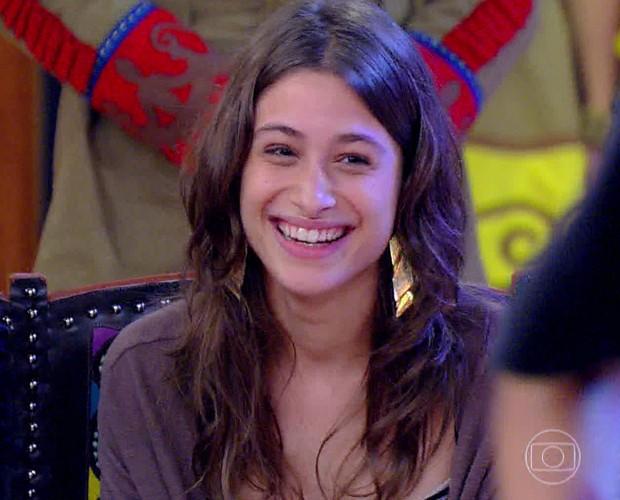 Luisa observa desempenho do amado (Foto: TV Globo)