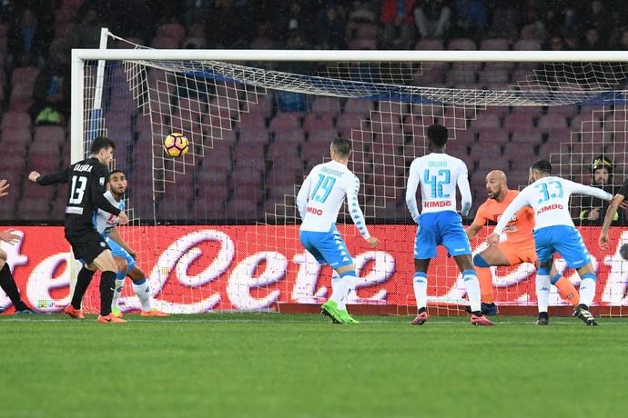 Caldara faz gol do Atalanta contra o Napoli (Foto: Ciro Fusco/ANSA via AP)