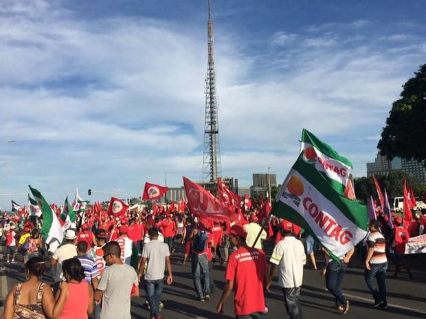 Manifestantes que apoiam a presidente Dilma Rousseff iniciam marcha em Brasília entre o Estádio Mané Garrincha e o Congresso Nacional (Foto: Alexandre Bastos/G1)