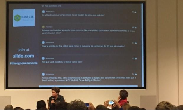 Plateia encaminha perguntas à ex-presidente Dilma, no Brazil Conference, em Boston (Foto: Reprodução Twitter Alan Mansur @AlanMansur )