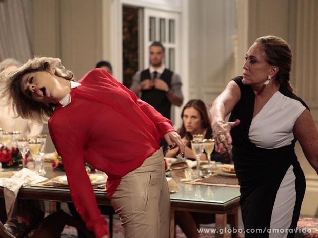 Pilar perde a cabeça e esbofeteia Edith (Foto: Pedro Curi/TV Globo)