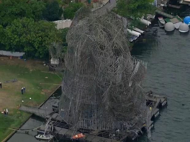 Ventania na madrugada desta sexta destruiu parte da árvore de Natal da Lagoa  (Foto: Reprodução / TV Globo)