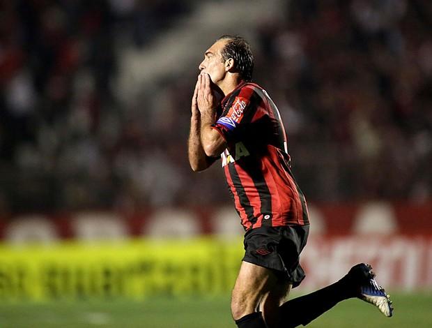 Paulo Baier comemoração Atlético-PR contra o Bahia (Foto: Giuliano Gomes / Agência Estado)