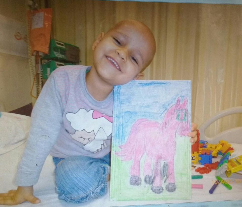 Beatriz enfrentou três meses de tratamento intensivo no Hospital de Câncer de Barretos, SP (Foto: Cintia Trivelato/Arquivo Pessoal)
