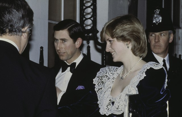 Prince Charles and the Princess of Wales (1961 - 1997, later Diana, Princess of Wales) arrive for a British Film Institute dinner at 11 Downing Street, the official residence of the Chancellor of the Exchequer, 2nd February 1982. Diana wears a lace and ve (Foto: Getty Images)