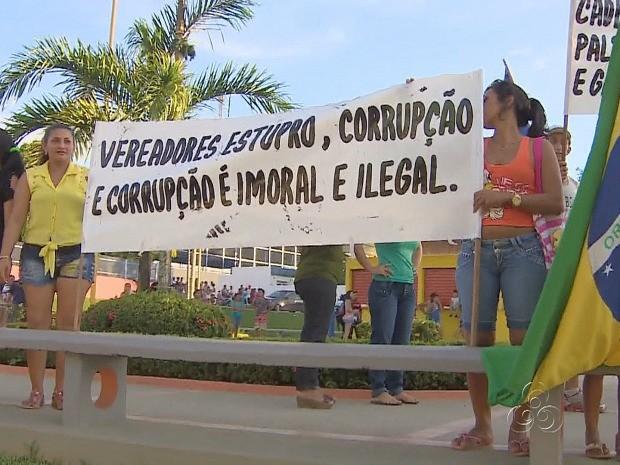 Manifestantes carregavam faixas e cartazes contra pedofilia (Foto: Reprodução/TV Amazonas)