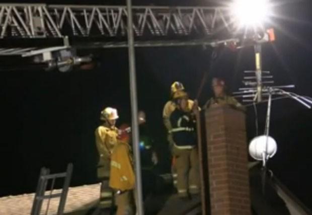 Equipe de 25 bombeiros participou de resgate de homem entalado em chaminé em Lake Forest, nos EUA (Foto: Reprodução/YouTube/BreakingN24)