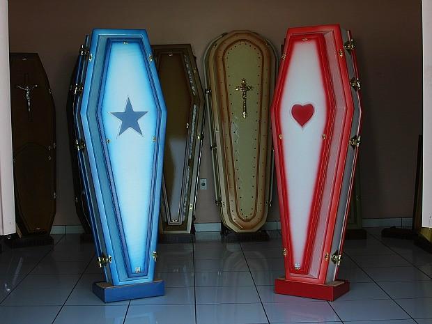 Caixões são azuis e vermelhos, com estrelas e corações  (Foto: Frank Cunha/G1)