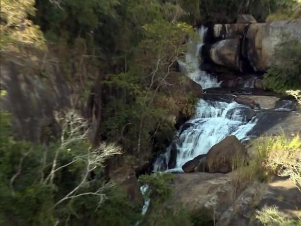 Cachoeira dos Henriques fica em área entre Gonçalves (MG) e Paraisópolis (MG) (Foto: Reprodução EPTV)