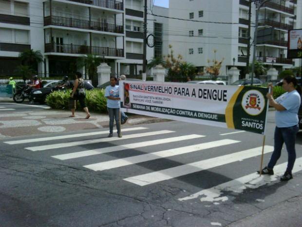 Agentes de saúde realizam pedágio da dengue em Santos (Foto: Solange Freitas/TV Tribuna)