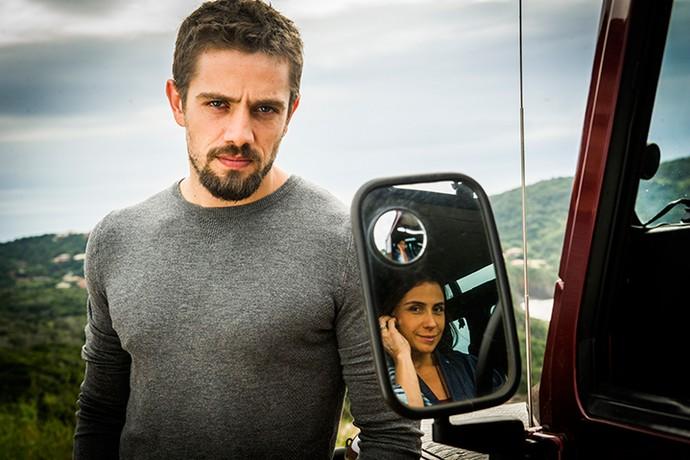 César se envolve com Alice por interesse (Foto: TV Globo / João Miguel Júnior)