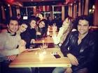 Ex-BBBs Eliéser e Kamilla reatam namoro e jantam juntinhos