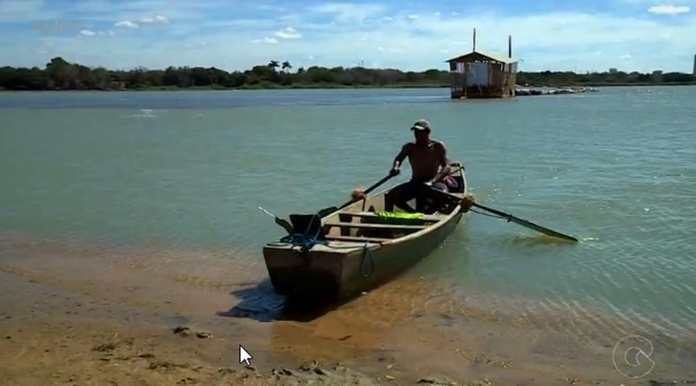 Pescadores têm dificuldades para encontrar peixes (Foto: Reprodução/ TV Grande Rio)