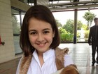 Klara Castanho posa com cachorro em bastidores de gravação