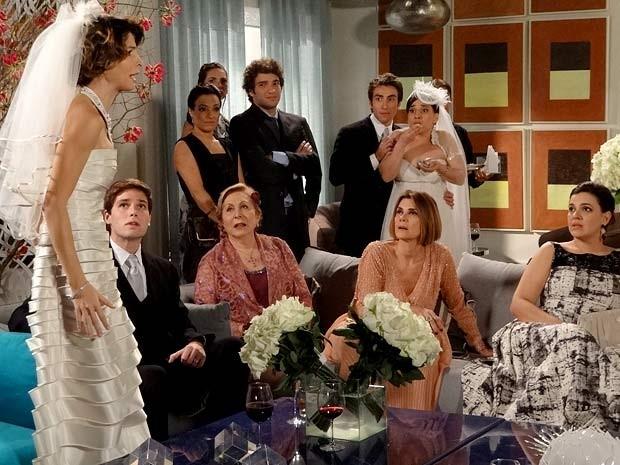 Isadora fica louca ao ver fotos da época em que era cheinha (Foto: Cheias de Charme / TV Globo)