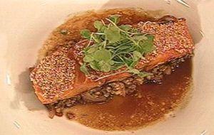 Salmão caramelizado com gergelim e arroz integral