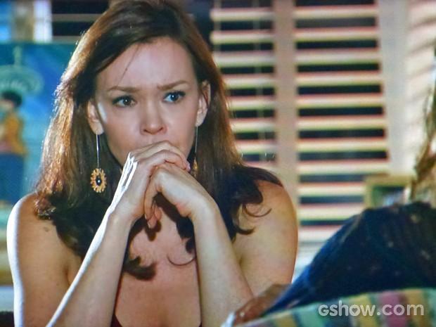 Helena fica surpresa com novidade de Luiza (Foto: Em Família/ TV Globo)