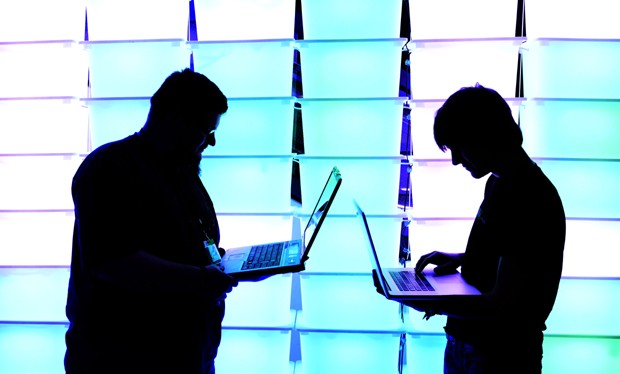Participantes conversam na frente de painel luminoso na edição 2012 do congresso Chaos Computer Club (CCC), em Hamburgo, Alemanha (Foto: GettyImages)