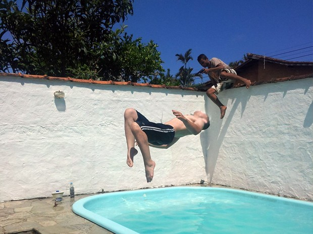 No momento certo: Mulher fotografa brincadeira na piscina e flagra ladrão invadindo casa no Guarujá(Foto: Arquivo Pessoal / Taiara Magda)