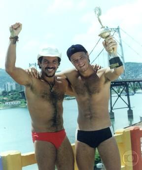 Humberto Martins descamisado com Marcello Novaes na novela Vira-Lata (Foto: CEDOC)