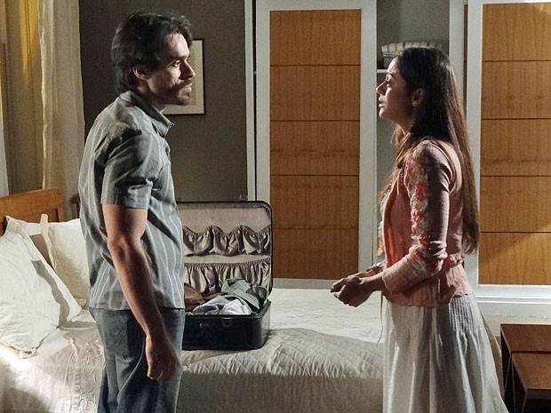 Tobias já arruma a mala para deixar Jacira (Foto: Amor Eterno Amor/TV Globo)