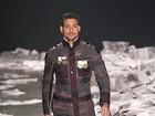 Com Cauã Reymond, Alexandre Herchcovitch desfila coleção masculina com inspiração militar na SPFW