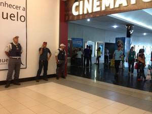 Segurança foi reforçada dentro de fora do shopping. A concentração do evento estava marcada para acontecer no cinema do shopping (Foto: Ivanete Damasceno/G1)