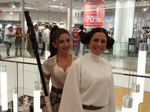 Mãe e filha se vestem de princesa Leia e Rey, nova personagem da saga (Foto: Thais Pimentel/G1)
