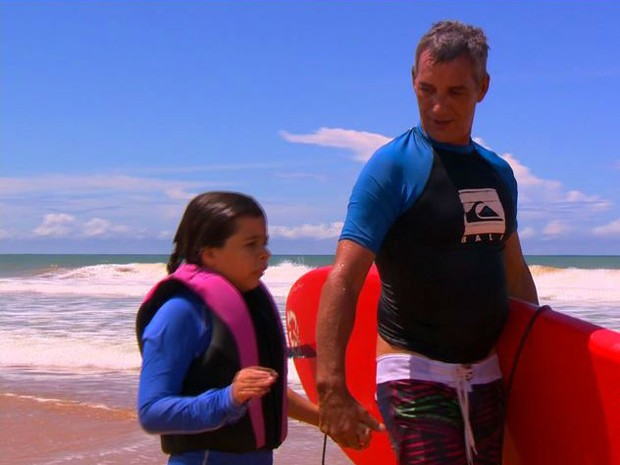 Guilherme pratica stand up paddle para ajudar a filha autista (Foto: Reprodução/ TV Gazeta)