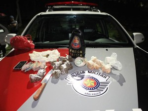 Material foi apreendido e levado para o plantão policial (Foto: Moacir Junior/folharegiao.com.br)
