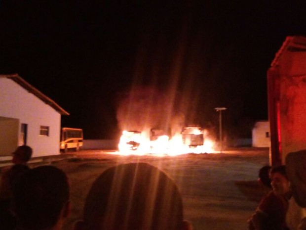 Quatro ônibus foram incendiados no pátio da prefeitura de Cerro Corá (Foto: Aildo da Silva)