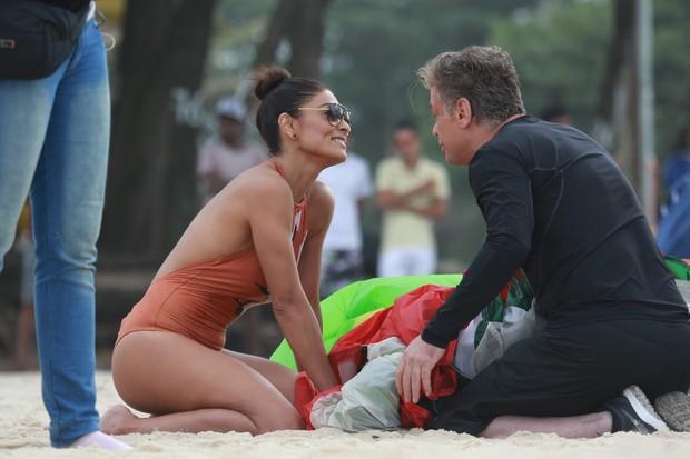 Juliana Paes e Fábio Assunção gravam Totalmente Demais em praia do Rio (Foto: Dilson Silva/Agnews)