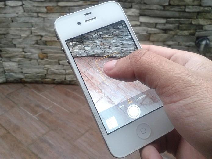 Pressionando o dedo na tela para travar o foco da câmera do iOS (Foto: Reprodução/Marvin Costa)