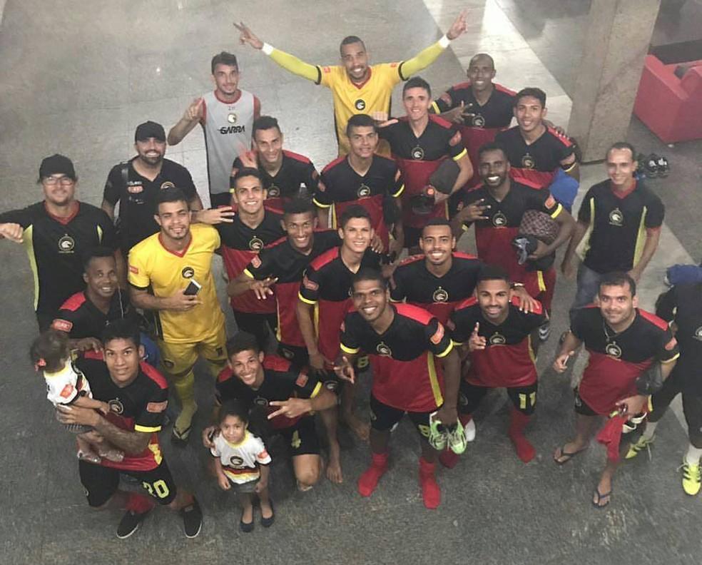 Jogadores e comissão técnica do Globo FC comemoram vitória em retorno a hotel após vitória sobre o Parnahyba (Foto: Divulgação/Globo FC)