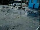 Asfalto cede em Inhaúma, Rio, após vazamento em tubulação da Cedae