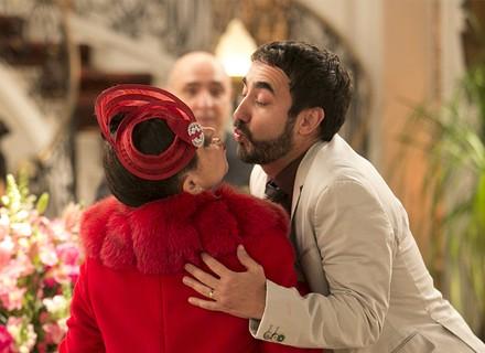 Safira cumprimenta Leozinho com selinho e deixa Fedora chocada