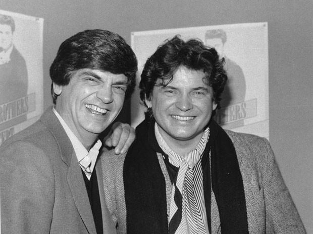 Phil Everly, à esquerda, e o irmão Don, em imagem de 1984 (Foto: Arquivo/Ray Stubblebine/Via AP Photo)