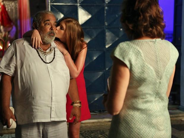 Isis inventa romance com Antoninho para acobertar José Alfredo (Foto: Pedro Curi/ Gshow)